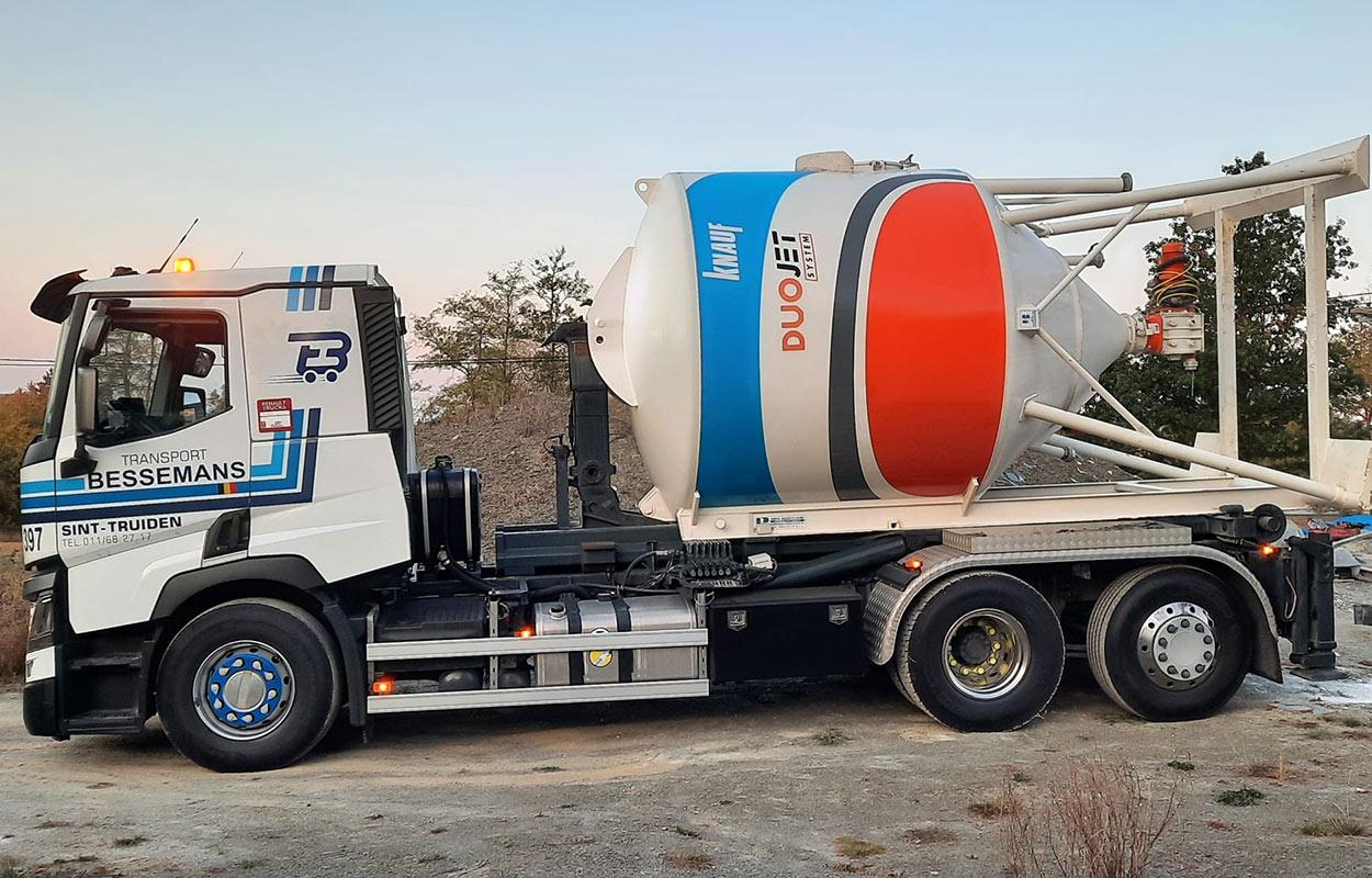 Een afzetsilo op een vrachtwagen