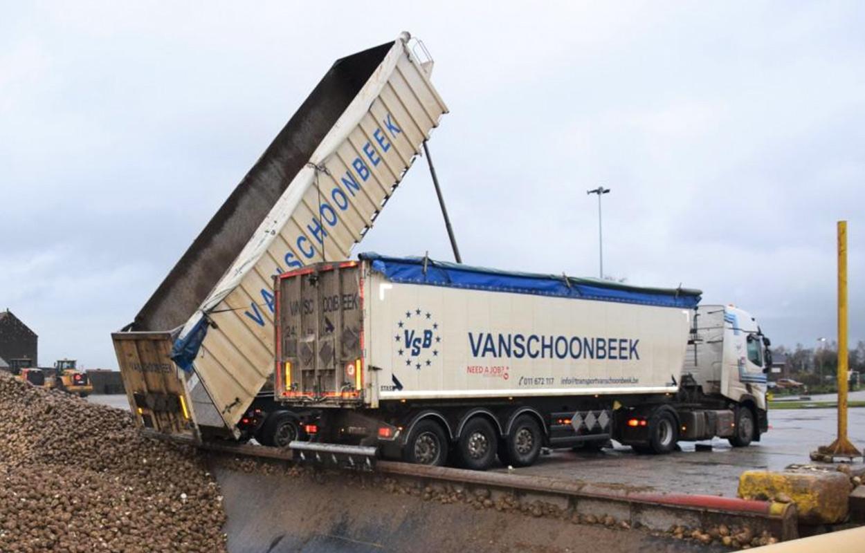 een open kiptrailer van Transport Vanschoonbeek