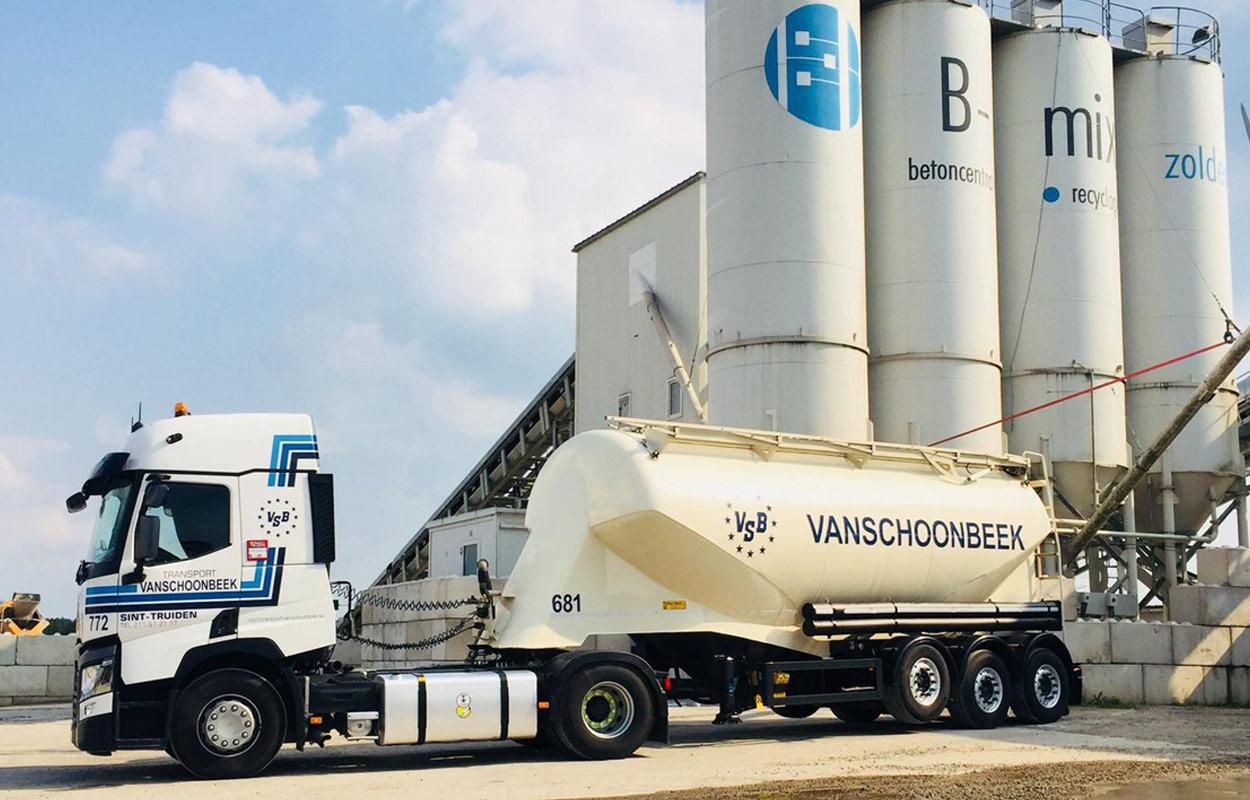Silotransport met vrachtwagen van transport Vanschoonbeek