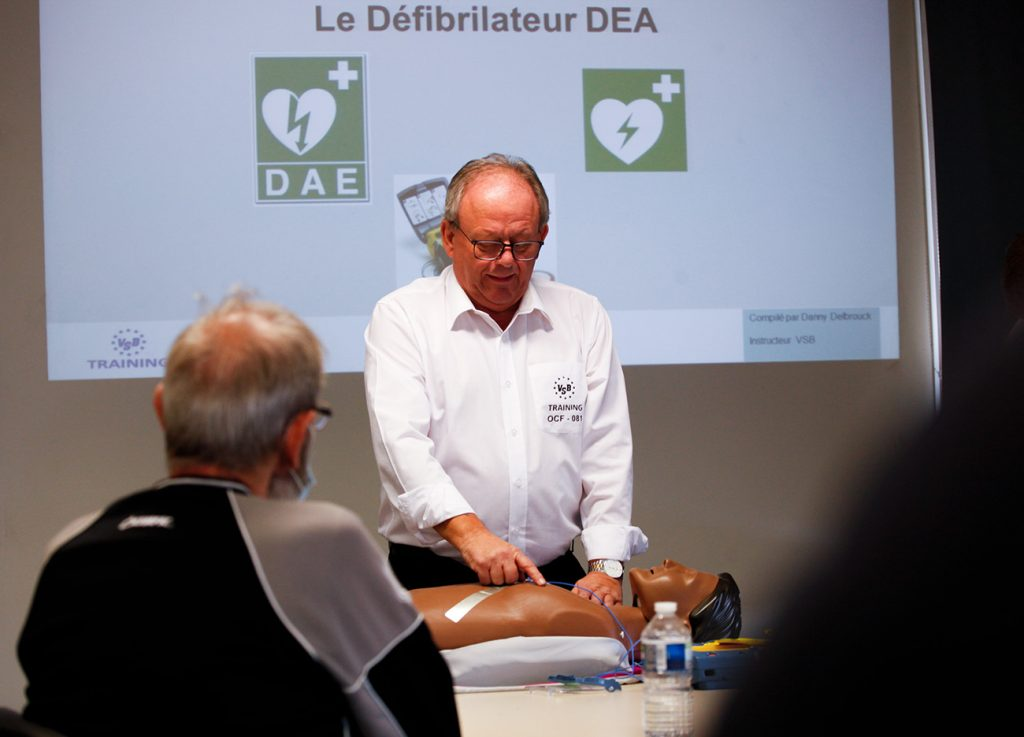 veiligheids instructeur toont reanimatie technieken